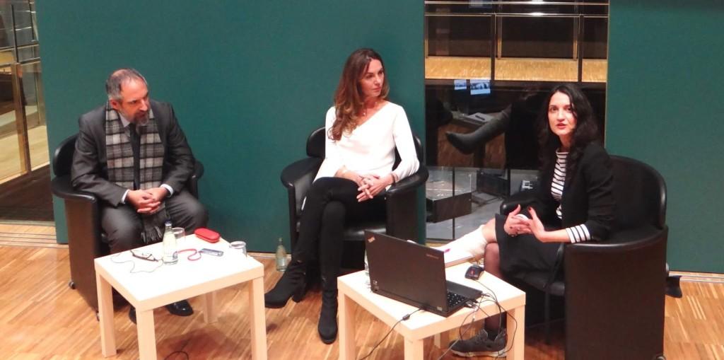 A la taula, d'esquerra a dreta:  Jordi Ojeda, Mila Lozano i Sandra Álvaro